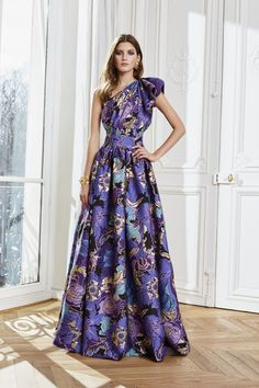 The complete Zuhair Murad Fall 2020 Ready-to-Wear fashion show now on Vogue Runway. Charlotte Ronson, Fashion Week, Fashion 2020, 90s Fashion, Fashion Dresses, Womens Fashion, Winter Fashion, Luisa Beccaria, Couture Mode