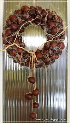 Autumn wreath made of horse chestnuts - Autumn wreath made of horse chestnuts - Xmas Wreaths, Autumn Wreaths, Diy Party Decorations, Christmas Decorations, Buckeye Crafts, Fall Crafts For Adults, Acorn Crafts, Deco Nature, Christmas Crafts To Make