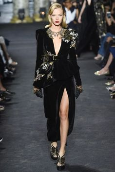 The complete Elie Saab Fall 2016 Couture fashion show now on Vogue Runway.