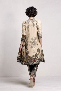 Ivko coat with print (style no. 71502). Sophisticated round-collar coat with luxurious structure and captivating original floral design print. 100 percent cotton. Hand wash, dry flat.