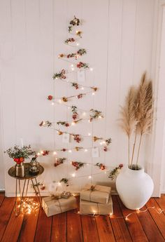 Best Christmas Tree Light Ideas That You Can Also Try At Your Home The little attention to the absolute most romantic feast of the entire year Eieiei, the Xmas celebra Wall Christmas Tree, Outdoor Christmas, Christmas Lights, Christmas Fun, Christmas Decorations, Holiday Decor, Christmas Cards, White Christmas, Xmas Tree Lights