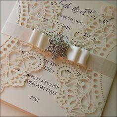 Vintage wedding invitation design. Lasercut, satin ribbon and old fashioned brooch | Corte láser, cinta de raso y un broche, para diseños de invitaciones de boda estilo vintage.