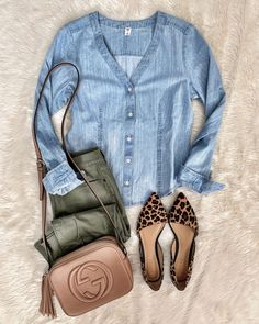 Love the Chambray top and olive pants. Not a fan of the shoes, too much attention. Fall Outfits, Casual Outfits, Summer Outfits, Work Outfits, Classy Outfits, Summer Weekend Outfit, Early Spring Outfits, Casual Attire, Casual Jeans