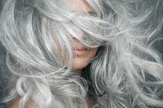 La coloration grise : tout ce qu'il faut savoir sur cette nouvelle tendance coloration.