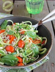 Spaghetti di zucchine con pomodorini e basilico