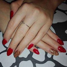Czerwień  i stare  złoto  #nails #nailstagram #manicure #gelmanicure #gelmanicure #beautybym #almondstyle #rednails #glitter #oldgold