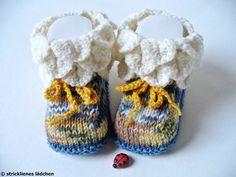 Muss Sockenwolle langweilig aussehen??? Ganz bestimmt nicht!    Diese Babyschuhe sind mit 5 Nadeln garantiert per Hand gestrickt, also ohne Naht un...