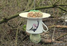 Wat zijn ze leuk, net nieuw binnen, onze Feeder Cup & Saucers! Een Kop & Schotel, omgetoverd tot een waar voederplekje voor de vogels in uw tuin! De Kop & Schotels zijn voorzien van een 30 centimeter lange ketting, inclusief ophanghaakje. Op het Schoteltje kunt u pindazakjes, vetbolletjes en/of los vogelzaad neerleggen. In het kopje bevindt zich een ophanghaakje, gemonteerd op een echt stukje boomtak, waaraan u vetbolletjes of pindazakjes kunt hangen.