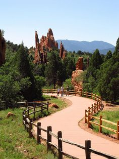 Garden of the Gods - Central Garden - Located in Colorado Springs, Garden of the Gods Park is a fascinating landscape of unusual rock formations. Central Garden Located in Colorado Springs, Garden of the Gods Park. Dream Vacations, Vacation Spots, Great Places, Places To See, Colorado Springs Camping, Places Around The World, Travel Usa, Denver Travel, The Great Outdoors
