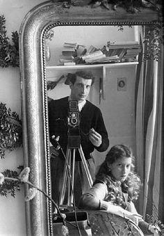 Edouard Boubat - Auto Portrait avec Leïla 1952 - Édouard Boubat (né le 13 septembre 1923 dans le quartier de Montmartre à Paris et mort le 30 juin 1999 (à 75 ans) à Montrouge dans les Hauts-de-Seine) Photographe français. Chroniqueur et reporter-photographe d'après-guerre, il fut, avec Willy Ronis, Robert Doisneau, Izis, Yvette Troispoux, l'un des principaux représentants de la photographie humaniste française.