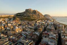 Самый дружелюбный город в Испании – именно так называют Аликанте на официальном сайте. В нем действительно царит удивительно приветливая атмосфера. Можно найти множество причин назвать это место «самым-самым». Подробности читайте в статье.