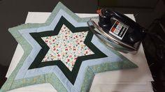 Acompanhe o passo à passo de como fazer um centro de mesa em forma de estrela para o Natal. http://www.vivartesanato.com.br/2016/11/tutorial-diy-passo-a-passo-centro-de-mesa-em-forma-de-estrela.html