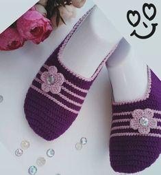 Easy Crochet Slippers, Crochet Slipper Pattern, Crochet Socks, Knitting Socks, Crochet Baby, Knit Crochet, Baby Knitting Patterns, Knitting Designs, Crochet Patterns