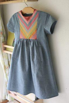 Rainbow dress. Robe à plastron.