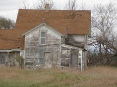 Abandoned in Clontarf, Minnesota. Abandoned Farm Houses, Old Abandoned Buildings, Old Farm Houses, Abandoned Places, Tiny Houses, Farmhouse Architecture, Architecture Old, Farmhouse Design, Farmhouse Style