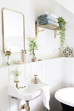 The Best Modern Bathroom Tile Trends bathroom tile trends 2018 Bathroom Vinyl, Bathroom Floor Tiles, Modern Bathroom Tile, Bathroom Flooring, Vinyl Tile Flooring Bathroom, Botanical Bathroom, Tile Bathroom, Bathroom Trends, Tile Trends