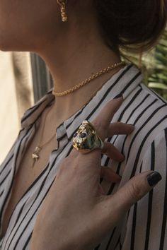 Anillo original, anillo grande, anillo calavera, anillo bañado en oro, anillo dorado, anillo piedras, piedra lapislazuli, anillo fiesta. Joyas Coolook.