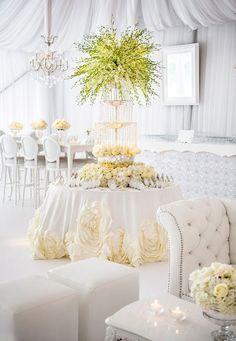 Преобладающий белый цвет для оформления свадебного зала - всегда удачный выбор