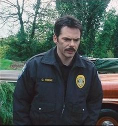 Billy Burke as Chief Charlie Swan in The Twilight Saga. Twilight 2008, Twilight Cast, Twilight New Moon, Twilight Series, Twilight Wedding, Twilight Pictures, Bella Cullen, Edward Cullen, Charlie Swan