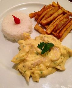 Frango ao creme de pequi, palitos de batata doce com páprica e alecrim e arroz branco.
