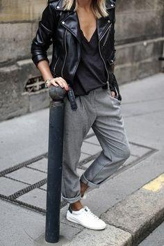 Los días ocupados exigen un atuendo simple aunque elegante, como una chaqueta motera de cuero negra y un pantalón de pinzas.