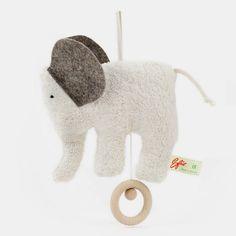 """Spieluhr Elefant aus weißem Bio-Baumwollplüsch mit grauen Wollfilz-Ohren und Holzring  Melodie: Brahms """"Wiegenlied""""    Diese Spieluhr ist wirklich eine Augenweide. Ganz aus weichem Baumwollplüsch mit grauen Ohren aus Wollfilz und - das ist wirklich ein sehr schönes Detail - einem Holzring, an dem man die Spieluhr aufzieht. Der kleine Glückselefant hat eine Schlaufe am Rücken, an der man ihn in Bettchennähe aufhängen kann. Dort mag er Dein Kind ruhig und sanft in den Schlaf begleiten und…"""