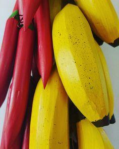 Bananas e pimentas. Tem penca em promoção! www.elo7.com.br/osoarte #banana #pimenta #penca #artesanatomineiro #artesanato #decoração #decoraçãomineira #casa #decor