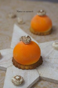 Une petite recette très simple pour sublimer cette dernière fête de l'année! La mousse pina colada surprend même si un peu forte en gout de noix de coco pour ma part! Je vous souhaite de passer un bon réveillon du nouvel an et je vous dis à l'année prochaine!... Cocktail Desserts, Gourmet Desserts, Fancy Desserts, Vegan Dessert Recipes, Desert Recipes, Christmas Desserts, Impressive Desserts, Beautiful Desserts, Cop Cake