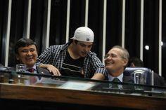 Presidente do Senado, Renan Calheiros (PMDB-AL), conversa com artista plástico Lúcio Piantino em sessão especial na qual foram discutidas a melhoria das políticas públicas e a inclusão social das pessoas com Síndrome de Down (20/03/2014). Foto: Jane de Araújo