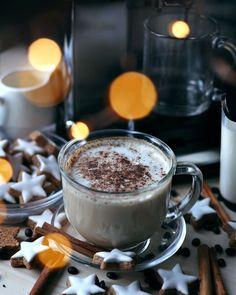 O rețetă delicioasă de latte cu aromă de turtă dulce, numai bună de savurat în dimineața de Crăciun, alături de cei dragi! Merită încercată! Latte, Panna Cotta, Tableware, Ethnic Recipes, Food, Sweets, Dulce De Leche, Dinnerware, Tablewares