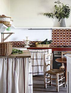 Casa de campo en antigua nave - cocina de estilo rústico Zara Home, Ikea, Elle Decor, Decoration, Ladder Decor, Furniture, Camp Chairs, Country Houses, Black Rug