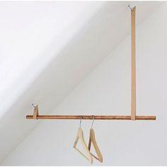 Smart och snygg lösning av klädhängare för snedtak #inredning #interior #klädhängare