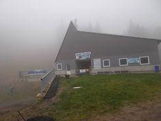 Die Talstation des Sesselliftes im Nebel, der Winter kann kommen.  #Werbung hängt #beste #ski #skigebiet #Erzgebirge #Snowboard nicht #vergessen :-) Snowboard, Shed, Outdoor Structures, Ski Resorts, Ski, Mists, Left Out, Advertising, Summer