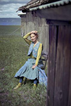 """Frühlingsmode 2013 - Das Model trägt die seegrüne Weste """"Hedvig"""" und darunter das Langarmoberteil """"Svalört"""" aus Seidentrikot. In der Hand hält sie eine geräumige Stofftasche, die mit dem quirligen Muster """"Hedvig"""" versehen ist."""