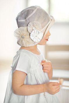 Chapeau d'enfant en organdi avec fleurs en tissu beige