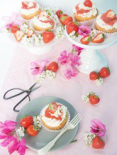 Erdbeer-Rhabarber-Cupcakes mit weißer Schokoladenmouse