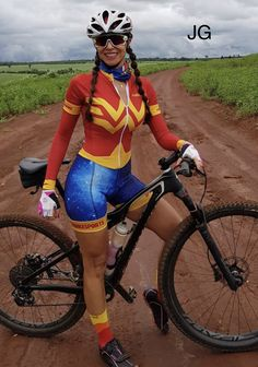 "And here's the next contender in the ""Looking sexy as Wonder Woman"" section of the ""Ladies Looking Sexy In Lycra Bike Shorts"" competition. Bicycle Women, Bicycle Girl, Athletic Girls, Cycling Girls, Hot Bikes, Biker Girl, Cycling Outfit, Sport Girl, Sport Outfits"
