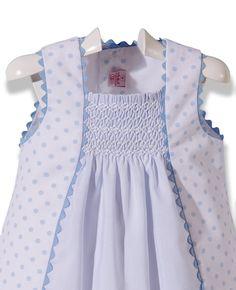 Vestido blanco y celeste bordado en punto Smock