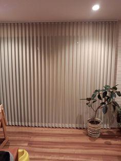 我が家はカーテンを使わずにバーチカルブラインドにしています。 リビングには3.6mの大きな窓があり、とても存在感が強いので普通のカーテンではどうも違和感を感じるだろうと思い、バーチカルブラインドにしました。別に特注の窓とかではないです。 バーチカルブラインドには「センターレース」付きのものと無しのものがあります。 センターレースとはブランドを開いた状態にしたときに、レースが目隠しの役割をはたしてくれるもの。 センターレース付きか無しか悩んだら バーチカルブラインドを選ぶ人は最初にこのレース付き・無しの選択にぶつかると思います。価格も全然違います。倍近く違うかも? 個人的にはレース付きをオススメします。 レース無しだと非常にすっきりしててデザイン性高く良いのですが、オープンにしたら外から丸見えで、正直生活しづらいです。 外の目線を気にする環境でない人は除きます。 我が家は人の目線が気になる環境ではないが、レース付きのブラインドにしました。 やっぱり安心感があります。 部屋の中が見えないことは防犯上もいいこと。 夜、ブラインドを閉じている状態… Home And Living, Living Room, House Stairs, Roller Blinds, Curtains With Blinds, Outdoor Life, Window Treatments, My House, House Design