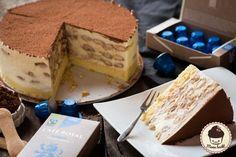 Mann backt mit Cafe Royal Tiramisu Torte (2 von 12)