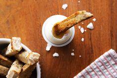 Aprenda a fazer ovo quente com palitos de pão: http://www.casadevalentina.com.br/blog/materia/ovo-quente-com-palitos-de-p-o.html  #receita #recipes #food #casadevalentina