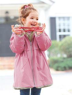 Clever: Diese Mädchenjacke von Vertbaudet kann man wenden. Die eine Seite ist aus kuschelweichem Webpelz und die andere Seite punktet mit wasserabweisendem Material.