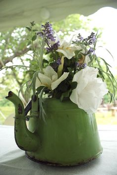 Bouquet in a teapot Love Flowers, My Flower, Beautiful Flowers, Wedding Flowers, Lavender Flowers, Summer Flowers, Flower Vases, Deco Floral, Arte Floral