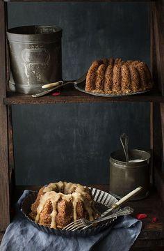 Apple & Nuts Bund Cake with salted caramel sauce. Mini Bundt Cake de Manzana y Nueces con salsa de caramelo salado