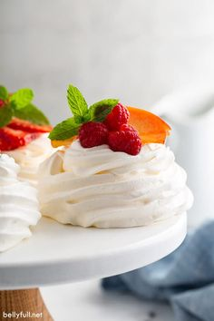 Pavlova is an elegant and beautiful dessert that might look intimidating to make, but is actually incredibly easy! The exterior is crispy, while the inside is soft like marshmallow. Filled with fresh whipped cream and a variety of fruit, this mini Pavlova recipe is a showstopper. Perfect for summer, brunch, after dinner, for the holidays or any occasion! Mini Pavlova, Pavlova Cake, Homemade Apple Pie Filling, Homemade Caramel Sauce, Homemade Whipped Cream, Apple Hand Pies, Dessert Simple, Crepes, Peach Freezer Jam