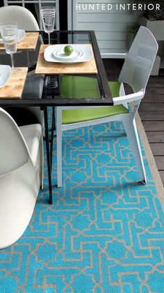 A stencil on this outdoor rug transformed the deck. Check out the how-to steps from Kristin Jackson | the Hunted Interior