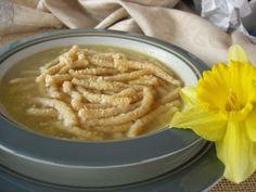 I passatelli sono un tipico piatto della cucina marchigiana (precisamente della provincia di Pesaro) a base di pangrattato e parmigiano ...
