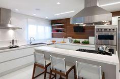 Cozinha branca com painel de madeira