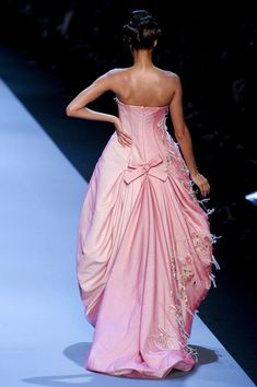 Christian Dior at Couture Spring 2011 - Runway Photos Style Couture, Couture Fashion, Runway Fashion, Pink Gowns, Pink Dress, Dress Up, Couture Christian Dior, Mode Rose, Winter Typ