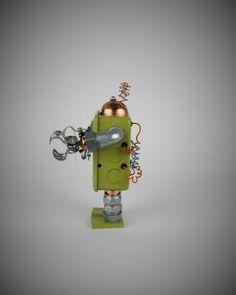 FiveBot View#2    #seekrbots #retroscifiart #vintage #vintageart #build #junkbots #antique #robotbuilder #intheworkshop #buildabot #scrapart #metalart #steampunk #steampunkart #robot #scifi #robotsculpture #assemblage #fobot #bot #mini